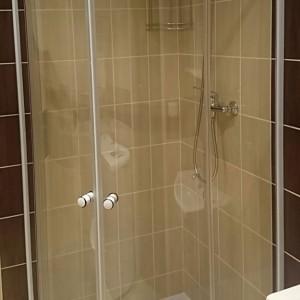 instalatérské práce odpadů u sprchového koutu